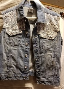 Jean's. Vest with lace accent